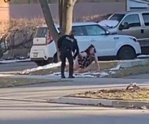 【動画】パンツ丸見えで暴れる薬物中毒の女が婦人警官に襲いかかる