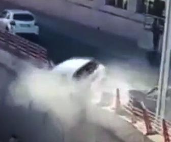 【動画】家族4人が乗った車がガードレールを突き破り、下の道に落下してしまう衝撃事故