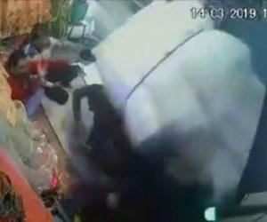 【動画】大量の荷物を運ぶ自転車が倒れスマートホンを見ている男性2人に悲劇が…