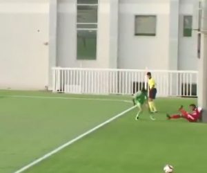 【動画】電柱がすぐ横に立っているサッカーコートで最悪の事態が起こってしまう