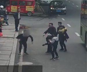 【動画】泥棒が女性の携帯電話を盗み逃げるが女性はマラソン好きの警察官だった