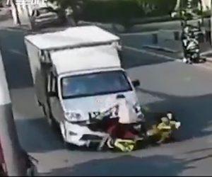 【動画】スクーターに家族4人で乗るがトラックと正面衝突してしまう