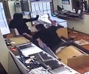 【動画】宝石店に武装強盗が押し入るが店員がハンマーで必死に抵抗する
