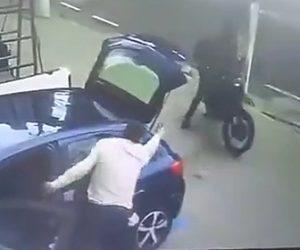 【動画】車から降りた男性が銃を持った強盗2人に襲われるが隙を見て銃で反撃する