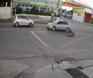 【動画】スクーターで転倒した女性。立ち上がり右折しようとするが…