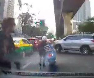 【動画】女性運転のバイクが車と接触して転倒。女性がバイクを起こすが…