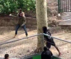 【動画】黒人男達が激しい喧嘩。至近距離から石を投げまくる衝撃映像