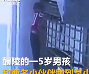 【閲覧注意動画】5歳の少年が電動シャッターに巻き込まれてしまう恐ろしい映像