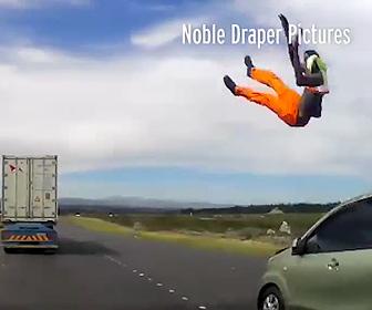 【動画】スピード違反の車に工事作業員が撥ね飛ばされ宙を舞う衝撃事故映像