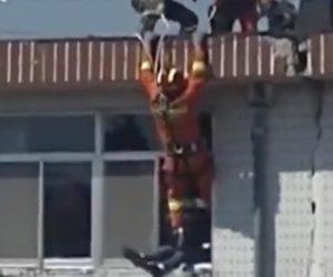 【動画】建物から飛び降りようとする女性を屋上からぶら下がり女性をキックして助ける救助隊員