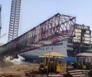 【動画】港に立つ巨大な鉄骨タワーが倒れてしまう衝撃映像