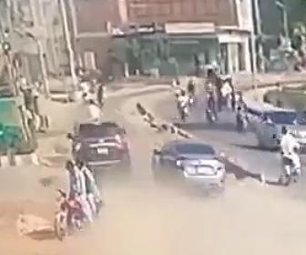 【動画】狭い道を猛スピードの車がバイクや車を避けようとし大クラッシュする衝撃事故