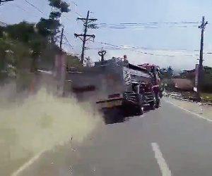 【動画】消防車の運転手が脳卒中を起こし大クラッシュしてしまう衝撃事故映像