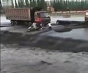 【動画】濁流の中をバイクで渡ろうとするが流れが強すぎ…