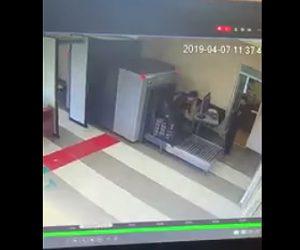 【動画】空港のX線検査装置に荷物と一緒に通過する男性