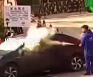 【動画】ガソリンスタンドで車内でタバコを吸っていたドライバーに消火器をかける店員