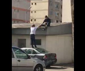 【動画】車の上に乗り2人で力を合わせて建物の屋根に登ろうとするが…