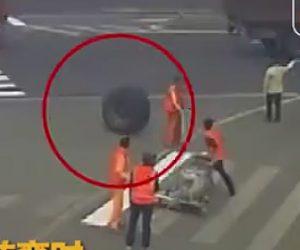 【動画】大型トラックのタイヤが外れ、横断歩道を書く作業員に直撃してしまう衝撃映像