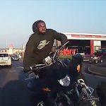 【動画】交差点で左折した4輪バギーが反対車線に飛び出し対向車に突っ込んで来る衝撃事故