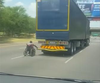 【動画】高速道路で大型トラックにつかまり車椅子が猛スピードで走る衝撃映像