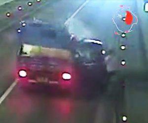 【動画】トンネルでタイヤがパンクし停車した車に後続のトラックが突っ込んでしまう衝撃事故