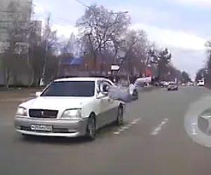 【動画】横断歩道を渡る男性が途中で引き返し車にはね飛ばされてしまう