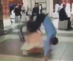 【動画】結婚式で踊る男性がバック転をするが少女に激突してしまう衝撃映像