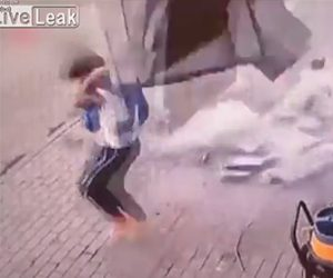 【動画】建物の壁が落下し歩道にいた男性に降ってくる衝撃映像
