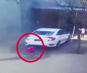 【動画】小さな子供が車の後ろでしゃがみ込みバックする車に轢かれてしまう衝撃映像