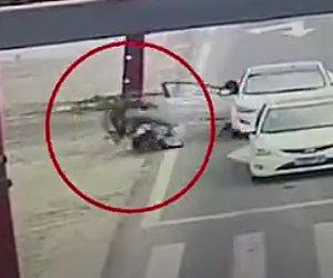 【動画】後ろを確認せず女性が車のドアを開けスクーターが激突してしまう