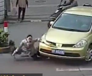 【動画】横断歩道を渡る母親と娘が右折する車にゆっくり轢かれてしまう衝撃事故