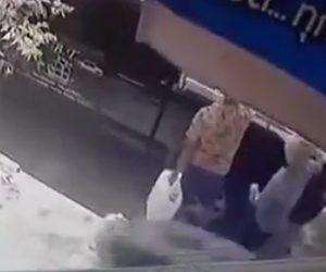 【動画】大型トラックのタイヤが外れ後ろから男性に直撃してしまう衝撃映像