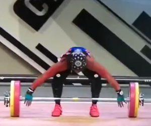 【動画】重量挙げで女性がバーベルを持ち上げようとするが女性の腕が…