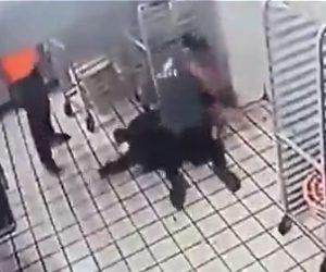【動画】ピザ屋に覆面を被った強盗が現れレジの金を奪おうとするが店員が抵抗し…