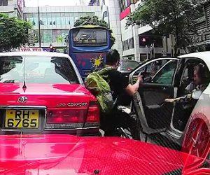 【動画】女性が後ろを確認せず車のドアを開け自転車に乗る男性が激突。
