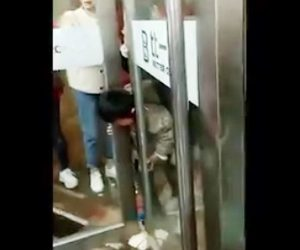 【動画】回転ドアに頭を挟んで動けなくなった少年をレスキュー隊が助け出す