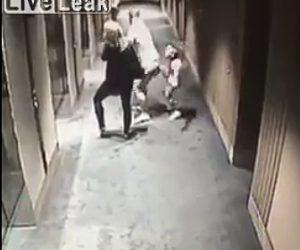 【動画】廊下を走る少年の進路を邪魔するおじさん。少年が強烈な仕返しをする衝撃映像