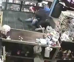 【動画】強盗がレジの金を奪おうとするが男性2人が強盗に殴りかかる