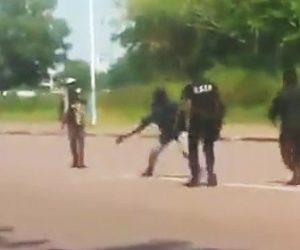 【動画】マチェーテを振り回す男を警察官が完璧な対応で取り押さえる衝撃映像
