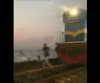 【動画】踏切を渡ろうとする観光客が列車に撥ね飛ばされてしまう衝撃事故映像