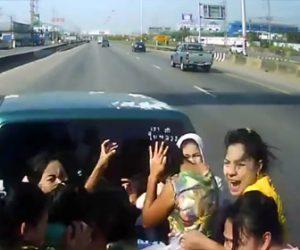 【動画】女性達が乗っているピックアップトラックに車が激突し女性達が放り出される衝撃事故