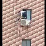 【動画】マンション5階の室外機にぶら下っている全裸の女性を助けようとするが…