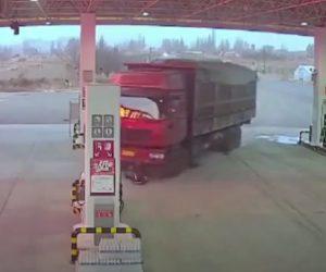 【動画】サイドブレーキを忘れた大型トラックが動き出し運転手が必死に止めようとするが…