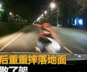 【動画】逆走する3人乗りバイクが車と正面衝突してしまう衝撃映像