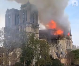 【動画】ノートルダム大聖堂で大規模な火災が発生。尖塔が焼失し崩落