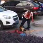 【閲覧注意動画】男が女性を刺し殺し内臓を引きずり出す恐ろしい衝撃映像