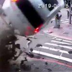 【動画】スピード違反の車が宙を舞い歩道に突っ込んで来る衝撃事故映像