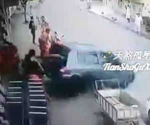 【動画】停車している車がバックで走り出し暴走。自転車を押す女性に突っ込んでしまう衝撃映像