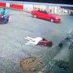 【動画】交差点で猛スピードのバイクと車が激突。バイクに乗る女性が頭を強打してしまう