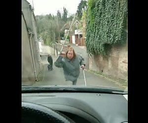 【動画】道を譲らないお婆さんと車の運転手が激しい言い争いになる衝撃映像